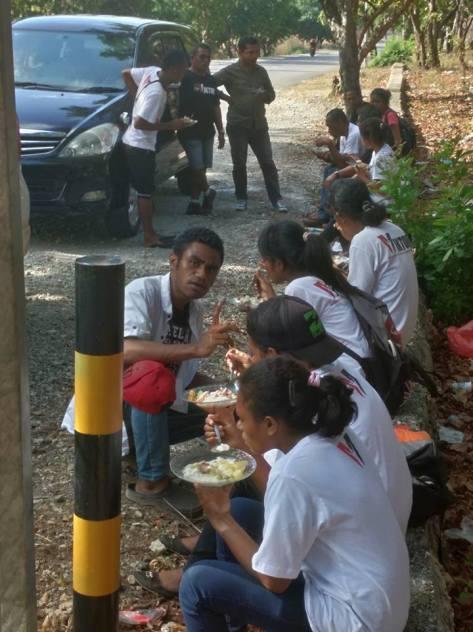 Relawan Viktori, makan siang di pinggir jalan.